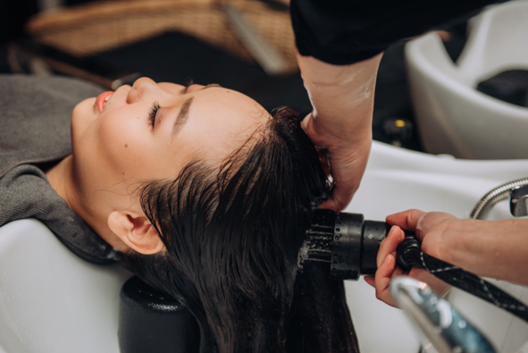 woman-enjoy-hyro-cleansing-at-phs-hairscience-outlet